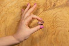 Moderiktig delikat vårmanikyr Kvinnliga händer med spikar design fotografering för bildbyråer