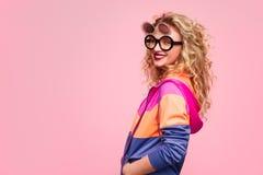 Moderiktig flicka i idérik solglasögon fotografering för bildbyråer