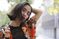 Moderiktig flicka med exponeringsglasståenden fotografering för bildbyråer