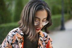 Moderiktig flicka med exponeringsglasståenden royaltyfri bild