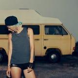 Moderiktig flicka som står near minibusSurfmodestil Royaltyfri Fotografi