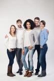 Moderiktig grupp av olika unga vänner royaltyfri bild