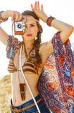 Moderiktig hippie utomhus i afton med den retro fotokameran Royaltyfri Bild