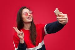 Moderiktig hipsterkvinna som tar selfie royaltyfri foto