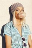 Moderiktig härlig blond modell och slagbubblegum Arkivfoton