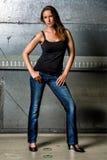Moderiktig kvinna i jeans som poserar i den grungy tunnelbanan Arkivbilder