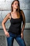 Moderiktig kvinna i jeans som poserar i den grungy tunnelbanan Arkivfoto