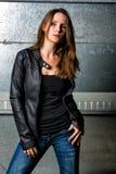 Moderiktig kvinna i jeans som poserar i den grungy tunnelbanan Royaltyfria Bilder