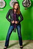 Moderiktig kvinna i jeans som poserar i den grungy tunnelbanan Royaltyfria Foton
