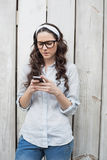 Moderiktig kvinna med stilfulla exponeringsglas som överför textmeddelandet Royaltyfri Foto