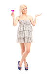 Moderiktig kvinna som rymmer en rosa coctail Arkivfoton