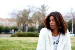 Moderiktig kvinnlig hipster i eftertänksamt se för stilfulla kläder bort Fotografering för Bildbyråer