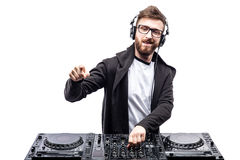 Moderiktig man dj som poserar mot den blandande konsolen Royaltyfri Bild
