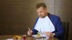 Moderiktig man som smakar den osmakliga maträtten i molekylär kokkonst för restaurang lager videofilmer