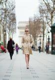 Moderiktig parisisk kvinna i gatan Arkivfoton