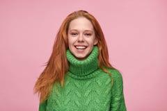 Moderiktig skratta kvinna i grön tröja royaltyfri foto