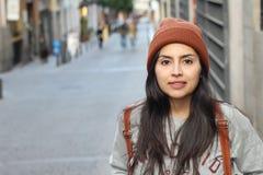 Moderiktig stads- latinsk kvinna med kopieringsutrymme royaltyfria foton