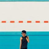 Moderiktig stads- stil för stilfull flicka fotografering för bildbyråer