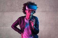 Moderiktig tonåring, i att skratta för VR-hörlurar med mikrofon fotografering för bildbyråer