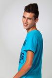 Moderiktig tonåring med hårvapen Arkivfoto