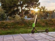 Moderiktig transport uthyrnings- elektrisk sparkcykel arkivfoto