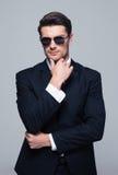 Moderiktig ung affärsman i solglasögon royaltyfri fotografi