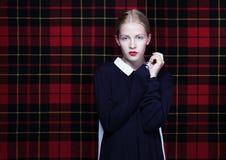 Moderiktig ung kvinna över abstrakt tygbakgrund Arkivfoton