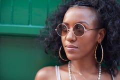 Moderiktig ung kvinna i camisole och solglasögon och smycken arkivfoto