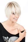 Moderiktig ung kvinna med en modern blond frisyr fotografering för bildbyråer
