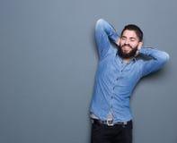 Moderiktig ung man med att koppla av för skägg Arkivbild