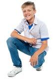 Moderiktig ung pojke som poserar i casuals arkivfoton