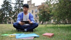 Moderiktig ung student som e-lär genom att använda minnestavlan stock video