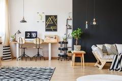 Moderiktig workspace med två stolar arkivfoto