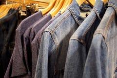 Moderiktiga apparels som är till salu i en detaljist royaltyfria bilder