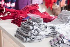 Moderiktiga kläder shoppar Arkivfoton