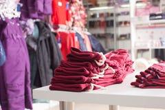 Moderiktiga kläder shoppar Royaltyfria Foton