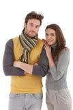 Moderiktiga par som kramar att le Arkivfoton
