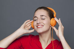 Moderiktigt hörlurarbegrepp för glad 20-talflicka Arkivbild