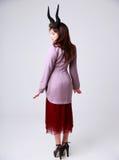moderiktigt kvinnabarn för stående Arkivbilder
