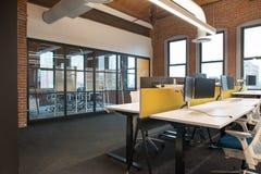 Moderiktigt modernt öppet utrymme för begreppsvindkontor med stora fönster, naturligt ljus och en orientering som uppmuntrar sama arkivbild