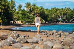 Moderiktigt tillfälligt foto av flickan på den tropiska stranden Royaltyfri Fotografi