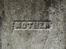 Moderinskrift på en allvarlig sten royaltyfri foto
