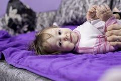 Moderklänningar behandla som ett barn Fotografering för Bildbyråer