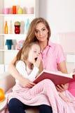 Moderläsning för sjukt barn arkivbilder