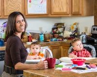 Moderleenden med behandla som ett barn Arkivbilder