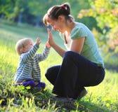 Moderlek med henne behandla som ett barn utomhus- Arkivfoton