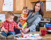 Moderlekar med barn Arkivfoto