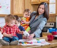 Moderlekar med barn Fotografering för Bildbyråer