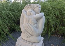 Moderlig smekning` för ` av Eliseo S Garza Texas Sculpture Garden, Hall Park, Frisco, Texas arkivbild