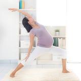 Moderlig yoga. Arkivbilder
